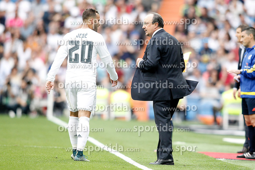 26.09.2015, Estadio Santiago Bernabeu, Madrid, ESP, Primera Division, Real Madrid vs Malaga CF, 6. Runde, im Bild Real Madrid's coach Rafa Benitez with his player Jese Rodriguez // during the Spanish Primera Division 6th round match between Real Madrid and Malaga CF at the Estadio Santiago Bernabeu in Madrid, Spain on 2015/09/26. EXPA Pictures &copy; 2015, PhotoCredit: EXPA/ Alterphotos/ Acero<br /> <br /> *****ATTENTION - OUT of ESP, SUI*****