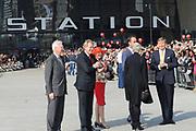 Zijne Majesteit Koning Willem-Alexander opent donderdagmiddag 13 maart officieel het nieuwe treinstation Rotterdam Centraal.De nieuwbouw van het spoordeel, de stationshal en directe omgeving duurde in totaal 9 jaar en kostte ruim 657 miljoen euro.Meest opvallende onderdeel van de nieuwbouw is het forse, spiegelende puntdak van roestvrij staal dat in de richting van het centrum wijst.Het gebouw kreeg daarom de bijnaam 'station kapsalon'. De naam verwijst naar het bakje waarin een Rotterdamse snack wordt geserveerd.<br /> <br /> His Majesty King Willem-Alexander opened Thursday afternoon March 13 officially the new Rotterdam Centraal.De railway station building cost more than 657 million euro.Most striking part of the new building is the large, reflective stainless steel gabled roof pointing towards the center.The building was therefore nicknamed 'Kapsalon'. The name refers to the container in which a Rotterdam snack is served.<br /> <br /> Op de foto / On the photo:  Koning Willem Alexander voor het station met Marion Gout-van Sinderen - president-directeur bij ProRail , Timo Hugens - directeur  Nederlandse Spoorwegen , Wilma Mansveld Staatssecretaris van Infrastructuur en Milieu , Ahmed Aboutaleb - burgemeester van Rotterdam
