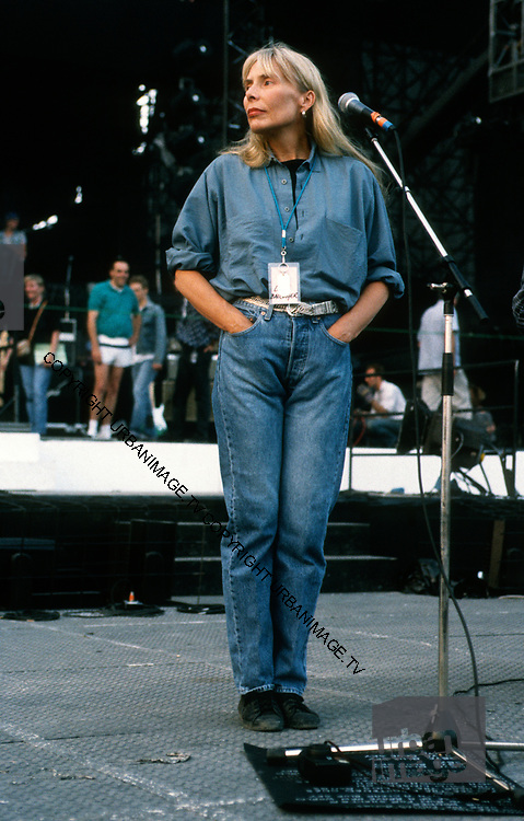 Joni Mitchell on stage at The Wall Berlin 1990