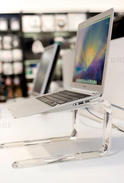 """Nederland Rotterdam 18 februari 2008 20080218.Macbook Air, de dunste notebook ter wereld en nieuwste laptop van Apple.Steve Jobs introduceerde in januari de dunste notebook ter wereld, de MacBook Air.  Als je 'm voor het eerst in handen hebt valt onmiddellijk op hoe licht de aluminium notebook is. Slechts 1,5 kilo. En toch voelt hij door zijn vorm en afwerking - weggewerkte scharnieren en geen knopjes of openingen aan de zijkant - heel solide aan. De Air is op zijn dikst 19 millimeter, en op zijn dunst slechts 4. Hij heeft een 13,3 inch breedbeeld scherm en een fullsize toetsenbord. De aansluitingen voor usb (slechts 1 poort), koptelefoon en beamer zijn weggewerkt achter een klepje. de MacBook Air, een laptop die volgens Apple de dunste ter wereld is. Het gaat om een notebook van 1,3 kg met een 13,3 inch breedbeeldscherm (1280x 800 pixels), en niet meer dan 2 centimeter dik, mede dankzij de nieuwe, sterk verkleinde Intel Core 2 Duo processor van 1,6 of 1,8 GHz..Om het notebook nog lichter te maken kun je kiezen voor (duurder) flashgeheugen van 64 GB in plaats van de standaard harde schijf van 80 GB. Andere eigenschappen: een multitouch trackpad en led-verlichting in het keyboard De MacBook Air moet 5 uur werken op een batterij en heeft 2 GB werkgeheugen - een dvd-drive is optioneel (89 euro). De prijs van de MacBook Air bedraagt 1.699 euro - met een SSD-schijf bijna 2.900 euro..15-02-2008   Gepubliceerd 11:44.De koers van Apple is in een vrije val beland. Jobs schreef aan zijn personeel: """"Hang in there"""". Volgens de CEO is Apple het slachtoffer van grotere economische krachten. Maar is dit wel zo? Waarom de strategie van Apple rammelt..Steve Jobs is de personificatie van Apple. Arrogant, alternatief en hip. Maar er zit een beetje sleet op. De laatste aankondiging op Macworld, de dunne laptop Macbook Air, werd flauwtjes ontvangen. De hoge verwachtingen loste Jobs niet in..Jobs probeert de dalende aandelenkoersen toe te schrijven aan factoren die groter zijn dan Apple."""
