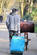 Nederland, Nijmegen, 14-4-2016 Kamp Heumensoord. De noodopvang loopt langzaam leeg en moet op 1 juni door het coa overgedragen zijn aan de gemeente. De vluchtelingen vertrekken vanaf begin maart naar andere opvanglocaties. Deze mensen gaan op eigen gelegenheid. Zowel per bus als met zelf geregeld vervoer kan men naar het volgende AZC. Hiermee komt een eind aan de grootschalige opvang die in deze vorm niet snel zal terugkeren. Nijmegen, The netherlands,Temporary camp for refugees in Nijmegen is closing down after 8 months . On the 1st of june the site must be handed over to the local aurhorities .FOTO: FLIP FRANSSEN