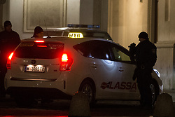 27.01.2018, AUT, Demonstration gegen den Akademikerball in Wien, im Bild Polizisten welche Taxis bei der Zufahrt zur Hofburg kontrollieren // during protest against the 'Akademiker Ball' of the FPOE - Freedom Party Austria, in Vienna, Austria on 2018/01/27. EXPA Pictures © 2017, PhotoCredit: EXPA/ Florian Schroetter