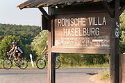 Schild römische Villa Haselburg, Odenwald, Naturpark Bergstraße-Odenwald, Hessen, Deutschland | Roman villa Haselburg, Odenwald, Hesse, Germany