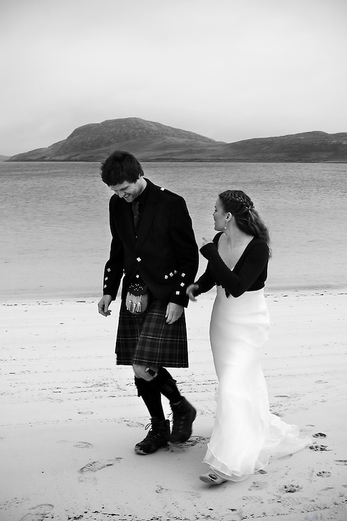Carrie & Jan make their vows on Vatersay beach