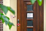 Duitsland, Bracht, 3-8-2016De gesloten praktijk, privaat ziekenhuis, Klaus Ross Center waar een Nederlandse kankerpatient plotseling overleed. Een van de ramen was niet geblindeerd en gaf inkijk in een lege patientenkamer. Het pand ligt midden in het dorp aan een pleintje. De alternatieve kankerkliniek werkte op basis van biologische medicijnen . De behnadeld arts was een natuurgenezer, heilpraktiker .Foto: Flip Franssen