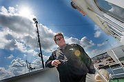 Kapitein Peter Henry Willcox is blij dat de Arctic Sunrise weer in veilige handen is. In IJmuiden is de Arctic Sunrise, het schip van milieuorganisatie Greenpeace dat een jaar door Rusland in beslag is genomen, aangekomen. De voormalige ijsbreker wordt in Amsterdam uit het water gehaald en opgeknapt omdat het gehavend is geraakt toen het aan de ankers lag. De boot van de milieuorganisatie is september 2013 door de Russen geënterd en de bemanningsleden vastgezet op verdenking van piraterij. Greenpeace voerde actie bij een boorplatform in de Barentszzee. Als het schip weer is gerepareerd, wil de milieubeweging weer campagnes houden met de Artic Sunrise.<br />