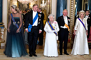 Staatsbezoek van Koning Willem Alexander en Koningin Máxima aan het Verenigd Koninkrijk<br /> <br /> Statevisit of King Willem Alexander and Queen Maxima to the United Kingdom<br /> <br /> Op de foto / On the photo: Staatsbanket in Buckingham Palace waar koningin Maxima het Diadeem / Tiara met de  Stuart diamant draagt Koning Willem Alexander en koningin Maxima met Koningin Elizabeth en Prins Charles , Hertogin Camilla <br /> <br /> State banquet in Buckingham Palace where Queen Maxima wears the Diadem / Tiara with the Stuart diamond King Willem Alexander and Queen Maxima with Queen Elizabeth and Prince Charles , Duchess Camilla