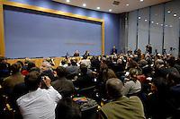 13 NOV 2007, BERLIN/GERMANY:<br /> Franz Muentefering, SPD, Bundesarbeitsminister, waehrend einer Pressekonferenz zur Bekanntgabe seines Ruecktritts vom Amt des Bundesministers, Bundespressekonferenz<br /> IMAGE: 20071113-01-0<br /> KEYWORDS: Franz Müntefering, Rücktritt, Ruecktritt, Fotografen, Kamera, Camera, Übersicht, Uebersicht