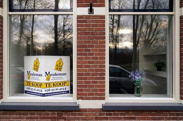 Nederland, Kampen, 14-1-2018Een vrouw bekijkt de advertenties voor huizen die te koop staan.Foto: Flip Franssen