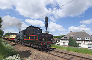 Nederland, Kerkrade, 20040523.<br /> Stoomtrein passeert de voormalige mijnwerkers kolonie Leenhof.<br /> Het miljoenenlijntje in Zuid-Limburg. Op het voormalige spoortraject tussen Schin op Geul en Simpelveld rijdt nu een stoomtrein op zon- en feestdagen.<br /> Sinds kort mogen de museumtreinen ook rijden op het gedeelte tussen Kerkrade en Heerlen, het normale spoorwegnet.