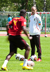 21.05.2010, Dolomitenstadion, Lienz, AUT, WM Vorbereitung, Kamerun Training im Bild Paul Le Guen, Trainer, Nationalteam Kamerun, FRA, EXPA Pictures © 2010, PhotoCredit: EXPA/ J. Feichter / SPORTIDA PHOTO AGENCY