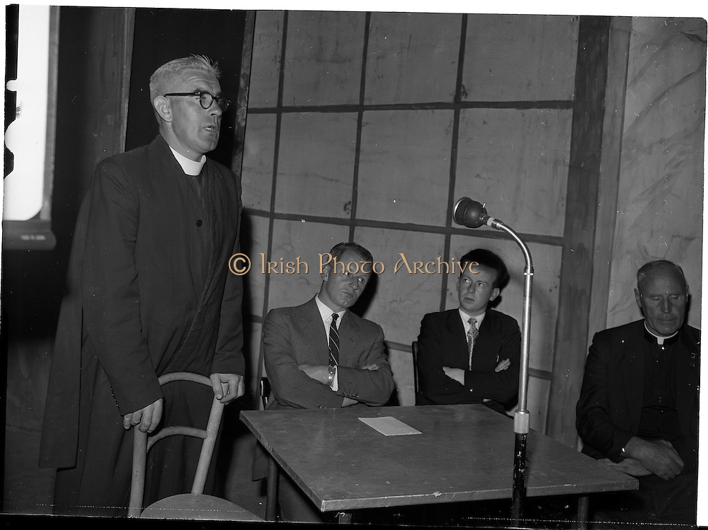 28/05/1959<br /> 05/28/1959<br /> 28 May 1959<br /> Leigheacht Fas at Francis Xavier Hall, Dublin. An Tathair Colm O Riordan S.J. ag tabhairt leigheacht do Fas. Fr O'Riordan giving a lecture for FAS.