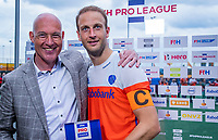 Den Bosch  - Man of the Match  Billy Bakker (Ned)   na   de Pro League hockeywedstrijd heren, Nederland-Belgie (4-3). midden Mirco Pruijser (Ned)     COPYRIGHT KOEN SUYK