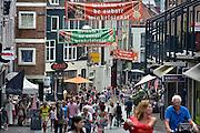 Nederland, Nijmegen, 12-7-2014Zicht op de oudste winkelstraat van de stad, de Lange Hezelstraat tijdens de zomerfeesten. Een van de vele feestlocaties in de stad. De vierdaagsefeesten zijn het grootste evenement van Nederland.Foto: Flip Franssen/Hollandse Hoogte