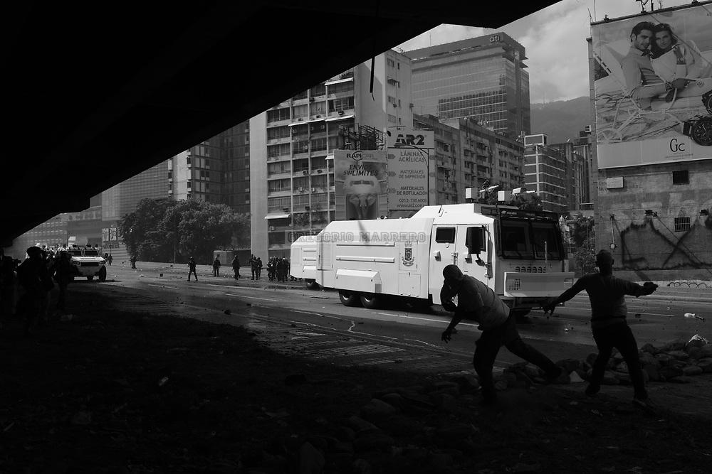 Caracas, Venezuela - 6/4/17: Los limites entre los municipios Libertador, Baruta y Chacao fueron las lineas en las que chocaron manifestantes y fuerzas de seguridad del estado.    La decisión del Tribunal Supremo de Justicia que ordenaba a la Asamblea Nacional cesar en sus atribuciones y estas ser asumidas directamente por el máximo tribunal parece ser el detonante de las protestas. La Asamblea Nacional fue ganada por la oposición venezolana en elecciones celebradas el 15 de Octubre de 2015, en las cuales resultó victoriosa la coalición de partidos de oposición MUD haciéndose con la mayoría calificada del parlamento venezolano.  (Fotografia: Gregorio Marrero)