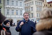 Frank Leßmann-Pfeifer während einer Führung für Reformations interessierte Besucher und Reisegruppen auf dem Altstaedter Ring in Prag.