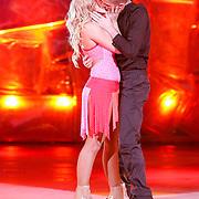 NLD/Hilversum/20130101 - 1e Liveshow Sterren dansen op het IJs 2013, Zimra Geurts en schaatspartner Alexis Miart