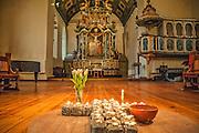 Brosteinkorset i Vår Frue kirke, som er en åpen kirke, en omsorgskirke, drevet av Kirkens Bymisjon i Trondheim siden 2007. Altertavlen er laget i 1742-44 for  Nidarosdomen, den har vært i Vår Frue kirke siden 1837. Snekkerarbeidene er laget av Heinrich Kühnemann, S. Erichsøn dreide de store søylene, Jonas Granberg fra Jämtland skar billedfigurene, og I. N. Scavenius malte tavlen og billedfeltene. <br /> Altertavlen er et pompøst barokkverk i datidens populære jesuitterstil, og etterligner steinformer i tre. Altertavlen er formet som en portal rundt tre sentraltema – nederst et lite maleri av nattverden, midt i portalen et maleri av den korsfestede Kristus, og helt øverst en skulptur av den triumferende Kristus. Portalen er flankert av bibelpersoner og kardinaldyder. Nederst står Moses med lovtavlene og Aron med røkelseskar, flankert av hhv. Fides med alterkalk og Caritas (kjærligheten) med et barn på armen og ved foten. Over portalen til venstre Pietas som bærer et lam, og til høyre Spes med et anker. Over portalen stråler Guds øye, flankert av to gammeltestamentlige profeter, som holder et blomstergirlander båret av to engler som hyller den oppstandne Kristus. Samlet høyde er ca. 10 meter, og den er trolig Norges største.
