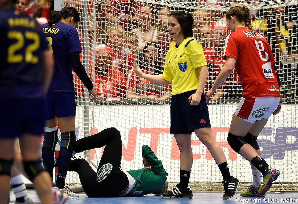 DK:<br /> 20151216, Herning, Danmark:<br /> IHF Verdensmesterskabet i H&aring;ndbold for kvinder Danmark 2015. 1/4 finale Danmark-Rum&aelig;nien. Keeper Sandra Toft, Denmark f&aring;r en bold direkte i ansigtet.<br /> Foto: Lars M&oslash;ller<br /> UK: <br /> 20151216, Herning, Denmark:<br /> IHF Women&acute;s Handball World Championship Denmark 2015. 1/4 final Denmark-Romania. Keeper Sandra Toft, Denmark is hit directly in the face by the ball.<br /> Photo: Lars Moeller