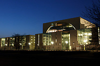 24 MAR 2003, BERLIN/GERMANY:<br /> Bundeskanzleramt, Suedseite bei Sonnenuntergang<br /> Chancellory, seat of the Federal Chancellor of Germany, at sunset<br /> IMAGE: 20030324-04-019<br /> KEYWORDS: Kanzleramt