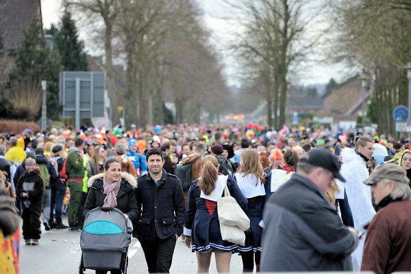 Duitsland, Kranenburg, 7-2-2016 Carnavalsoptocht. Carnaval. Vlak over de grens bij Nijmegen doet men het op zijn Duits. Er is begeleiding van politie, ook uit Nederland.In de optocht worden vaak lokale politieke of sociale themas, onderwerpen op de hak genomen. Satire, de spot drijven met, cabaretesk, op de hak nemen, thema, onderwerp, politiek,lokaal, te kijk zetten.Foto: Flip Franssen /HH