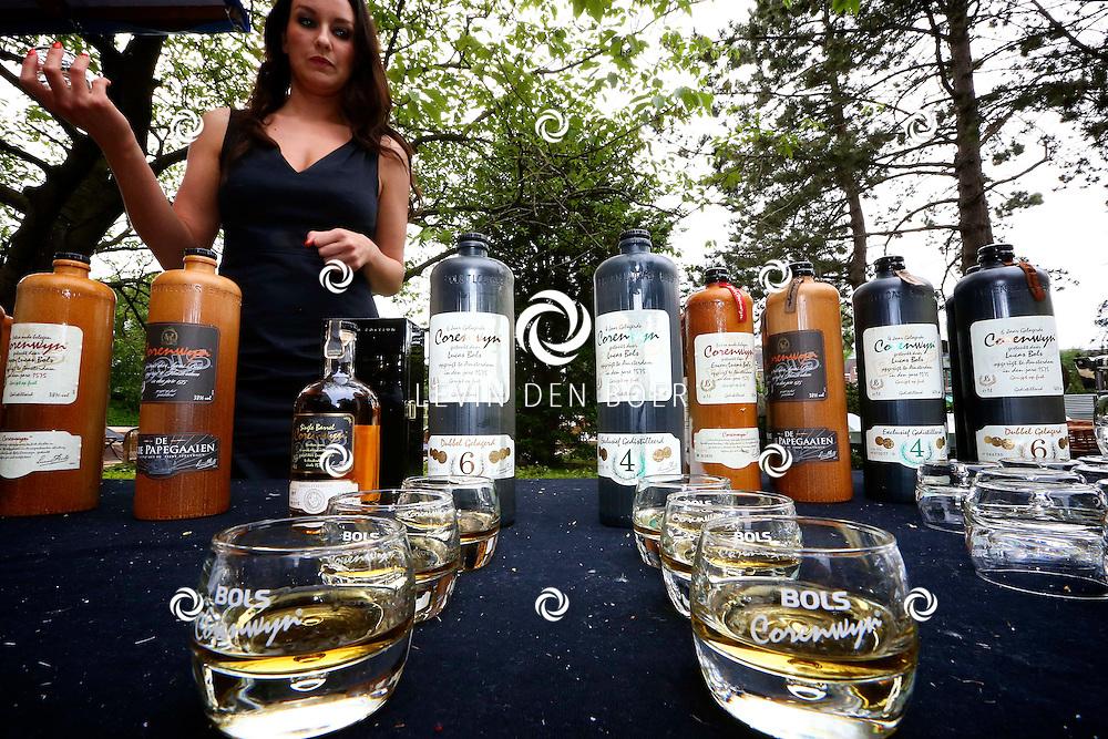 AMSTERDAM - In de tuin van het Hilton Hotel Amsterdam is de jaarlijkse haringparty weer aan de gang. Met hier op de foto een jongedame die de Bols drankjes inschenkt. FOTO LEVIN DEN BOER - PERSFOTO.NU