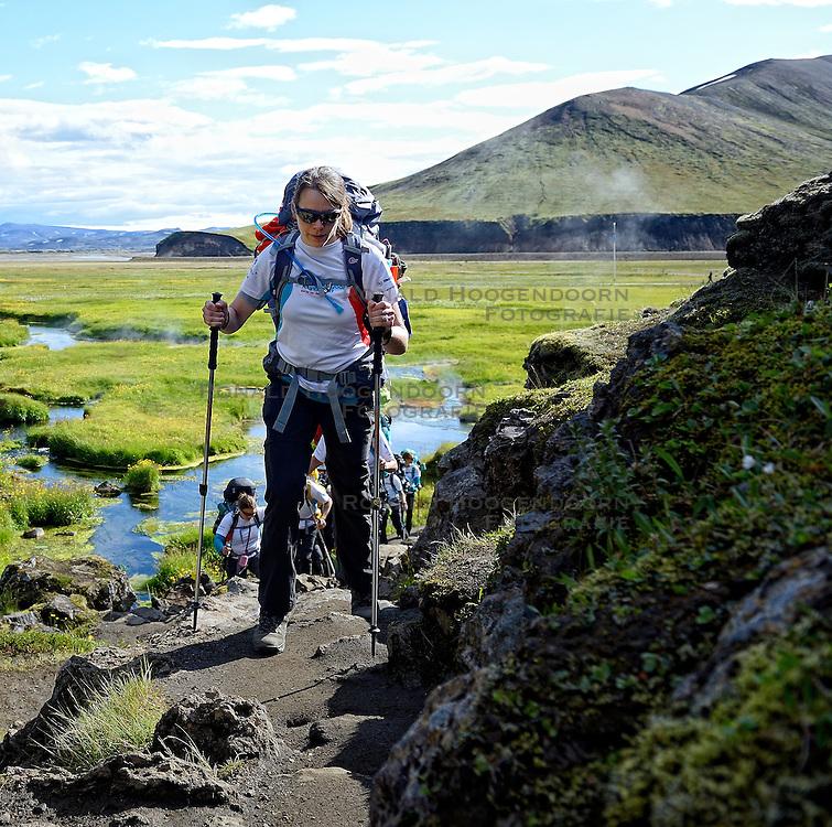 06-07-2014 NED: Iceland Diabetes Challenge dag 2, Landmannalaugar <br /> Trek van Landmannalaugar naar Hrafntinnusker. Een prachtige trekking door de hooggebergte van Landmannalaugar met veel kleuren, sneeuw, gletsjers en zwarte landschappen / Anne-Marie