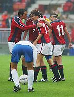 Norsk jubel: Ingvild Stensland og Siv Skard gleder seg over 3-1. <br /> <br /> Fotball. Privatlandskamp kvinner. Norge - Italia 3-1. Brann stadion. 4. september 2004. (Foto: Peter Tubaas/Digitalsport)