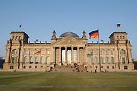 16 APR 2003, BERLIN/GERMANY:<br /> Westportal Reichstagsgebaeude, Sitz des Deutschen Bundestages, im Abendlicht, Fruehling<br /> IMAGE: 20030416-02-009<br /> KEYWORDS: Reichstagsgebäude, Frühling, Reichstag, Parlament, Flagge, Fahne