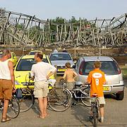 NLD/Huizen/20060705 - Mensen kijken naar de overblijfselen van de brand van I Tonic en autobedrijf Fred Janssen aan de Machineweg Huizen