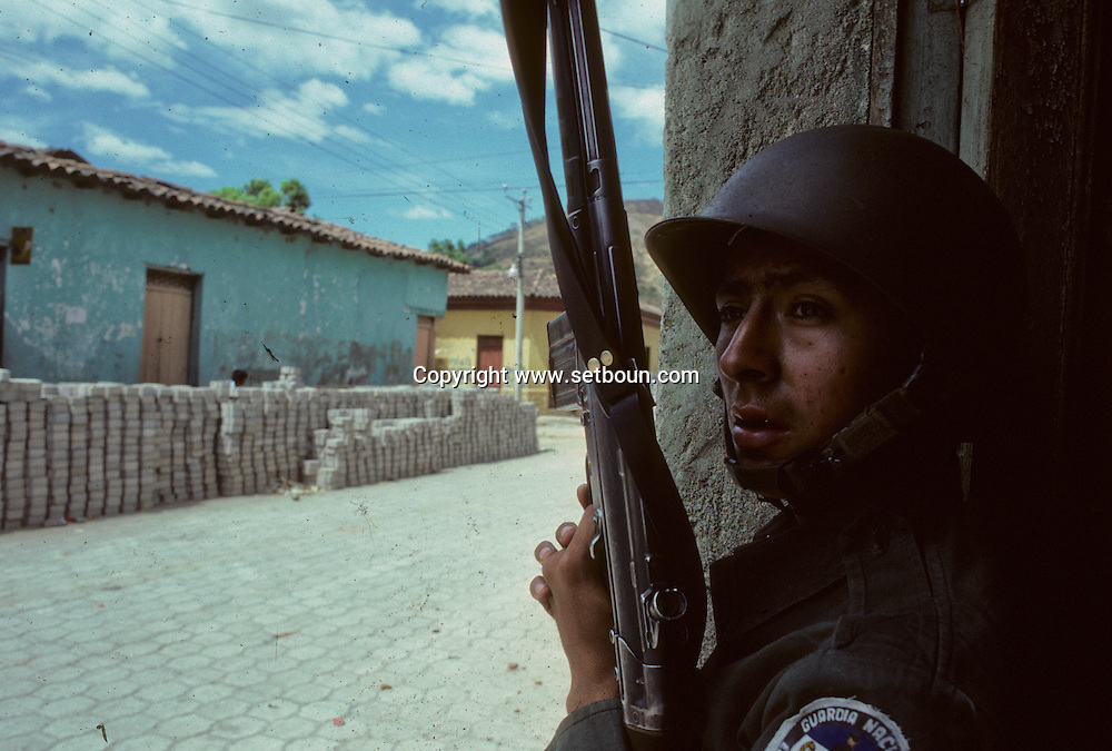 El Salvador. attack of The guerilla in San Vicente city, the fourth largest city in El Salvador      / attaque de la guerilla sur la ville de San Vicente    Salvador  / SALV34232 4B