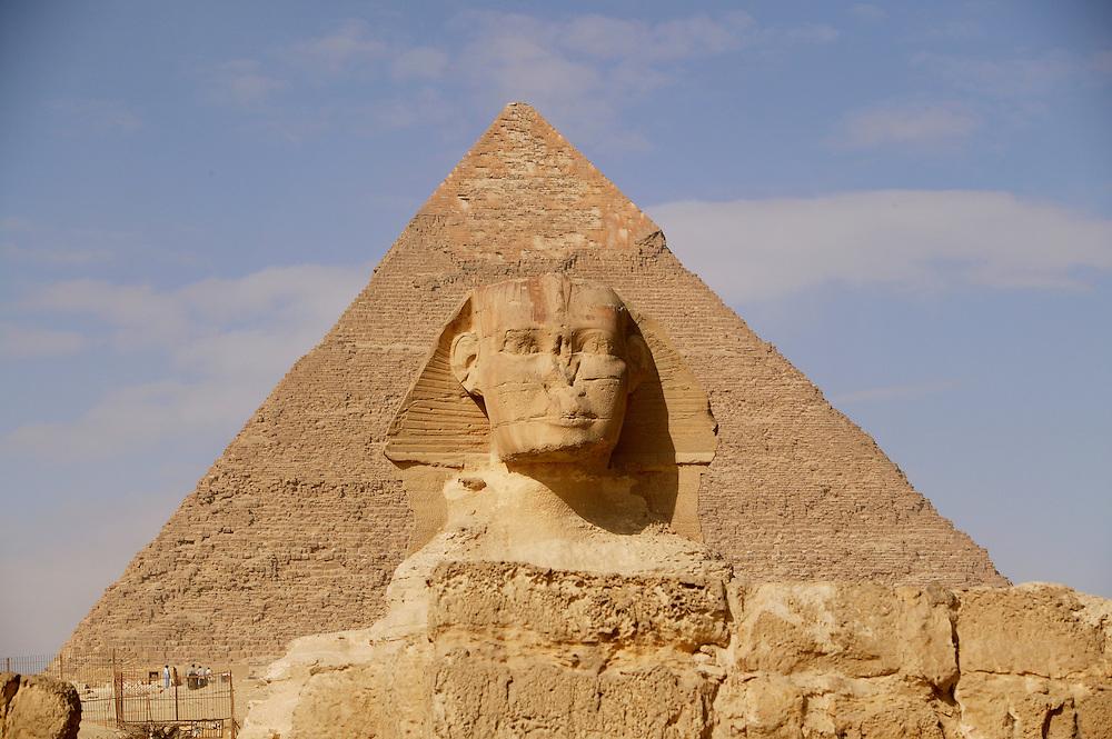 Pyramidene i Giza, med Sfinksen i forgrunnen. .Det fryktes stadig at hodet pSfinksen skal falle av. Den konstante vinden som blÂser rundt Giza f¯rer med seg masse sand som tÊrer voldsomt pmonumentet. Da de ble klar over problemet, ble det for en del Âr tilbake tatt i bruk moderne teknikker for konservere Sfinksen. Det ble spr¯ytet inn kjemiske stoffer som skulle gj¯re steinen hardere og konsolidere den bedre. Dessverre resulterte det faktisk i gj¯re vondt verre. Den beste mÂten beskytte den pÂ, ville faktisk vÊrt og begravd den i sanden igjen, men den blir nok ofret pturismens alter.