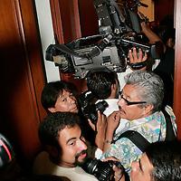 Toluca, Mex.- Aspecto de los Fotografos intentando entrar al Aula Magna durante la firma de Convenio de Colaboracion Academica entre la UNAM y UAEM. Agencia MVT / Javier Rodriguez. (DIGITAL)<br /> <br /> <br /> <br /> NO ARCHIVAR - NO ARCHIVE
