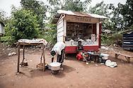 Repubblica Democratica del Congo e Repubblica Centrafricana, 2012<br /> Lavorare in Africa<br /> Tabaccheria nel villaggio di Zongo, in RDC<br /> <br /> Democratic Republic of Congo and Central African Republic, 2012<br /> Working in Africa<br /> Tobacco shop in the town of Zongo, in DRC