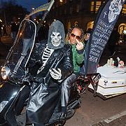 NLD/Amsterdam/20160311 - Inloop Boekenbal 2016, Ex Porn Star motoren met verlichte doodskist