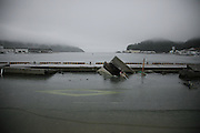 Onagawa - front de mer - Juin 2011<br /> Le tsunami est arrivé par là. .Après son passage, tout le front de mer s'est affaissé d'un mètre environ. La route du port est toujours sous les eaux. la nature a redessiné les limites du littoral. Sur certaines régions côtières, les anciens installaient des stèles toujours visibles aujourdhui, pour marquer les limites submerssibles à ne pas franchir pour les futures constructions.