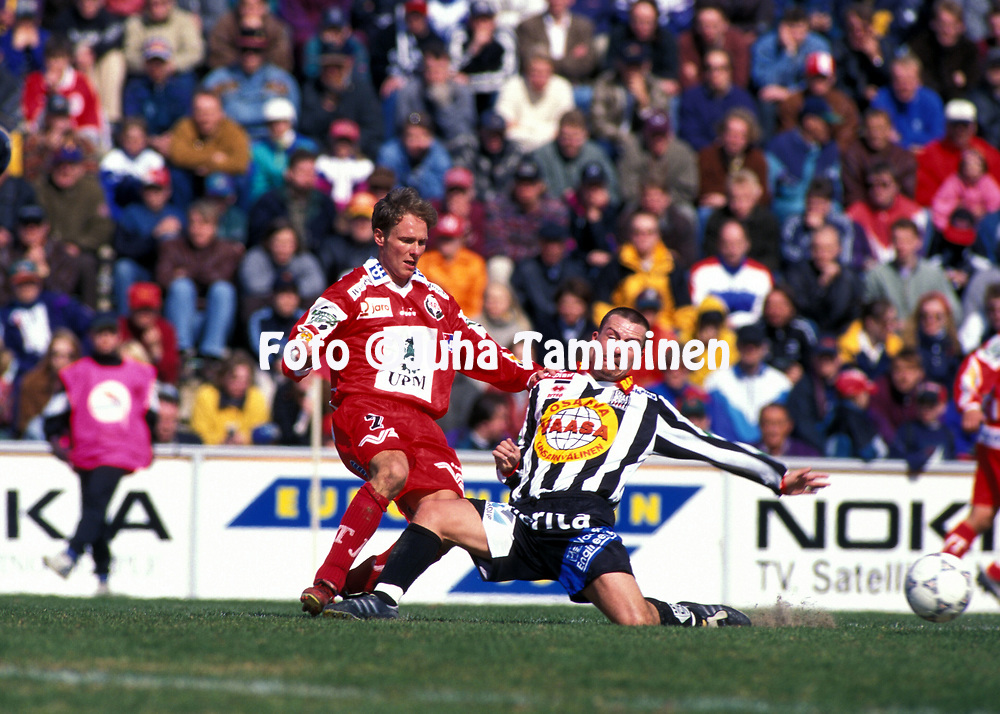 8.5.1997, Hietalahti, Vaasa.<br /> Veikkausliiga 1997.<br /> Vaasan Palloseura - FF Jaro.<br /> Paul Lindholm (FF Jaro) v Tero Suominen (Vaasan Palloseura).