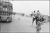Pakistan. Balouchistan. Nomades Balouches sur la route. // Pakistan, Balouchistan. Nomad on the road.