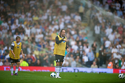LONDON, ENGLAND - Sunday, August 22, 2010: Fulham's Jonathan Greening gets caught in the watering sprinkler jets as they warm-up during the half-time interval of the Premiership match against Manchester United at Craven Cottage. (Pic by: David Rawcliffe/Propaganda)