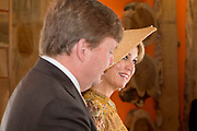 Staatsbezoek van Koning en Koningin aan de Republiek Italie - dag 4 - Milaan /// State visit of King and Queen to the Republic of Italy - Day 4 - Milan<br /> <br /> Op de foto / On the photo:  Koning Willem-Alexander en koningin Maxima bekijken de tentoonstelling Global Denim Awards in het Design Museum Triennale<br /> <br /> King Willem-Alexander and Queen Maxima view the Global Denim Awards exhibition in the Design Museum Triennale