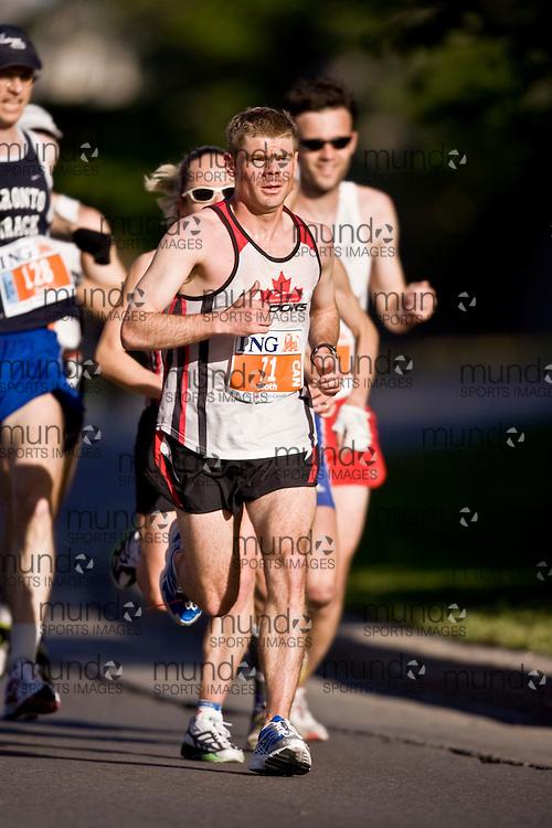 Ottawa, Ontario ---25/05/08--- Mike  Booth runs during the ING Ottawa Marathon, May 26, 2008..GEOFF ROBINS /