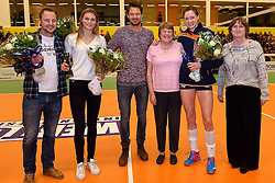 30-12-2015 NED: Uitreiking Ingrid Visser en Volleybalkrant Award 2015, Almelo<br /> Volleybalkrant organiseert voor de derde keer de beste volleyballer, volleybalster, coach en talent. De Ingrid Visser award 2015 is voor Lonneke Sloetjes als beste volleybalster en voor Reinder Nummerdor als beste volleyballer. De Volleybalkrant award 2015 is voor Gijs Ronnes als beste coach en voor Nika Daalderop als beste talent. In het midden de moeder van Ingrid Visser Patsy.