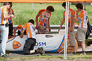 Na de testronde wordt de VeloX2 nog wat aangepast. HPT Delft en Amsterdam is in Senftenberg voor de recordpogingen op de Dekra baan.<br /> <br /> After a test run the VeloX2 is being prepared. The Human Power Team Delft and Amsterdam has arrived in Senftenberg (Germany) to break the world record on the one hour time trial at the Dekra test track.