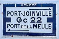 France, Vendée (85), Ile d'Yeu, ancien panneau routier// France, Vendée, Yeu island, road signboard