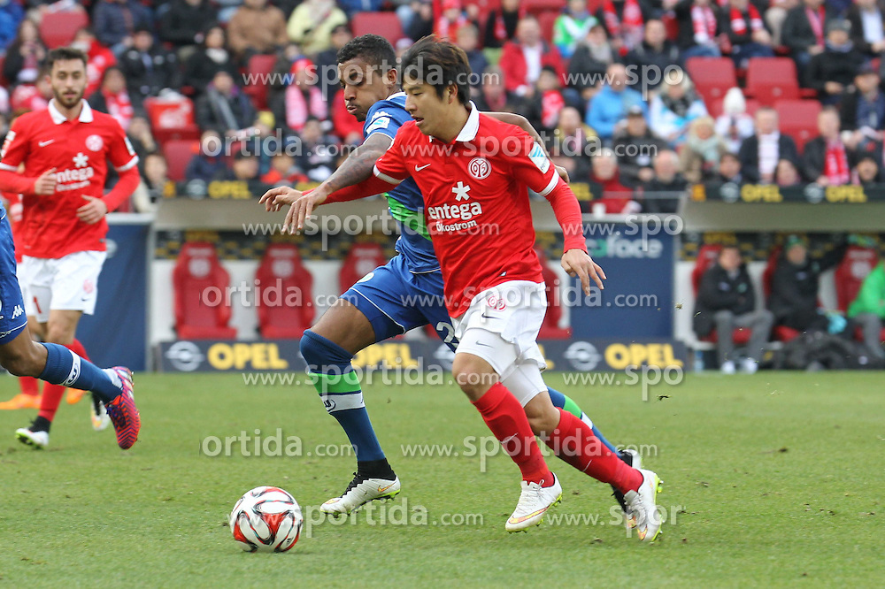 22.03.2015, Coface Arena, Mainz, GER, 1. FBL, 1. FSV Mainz 05 vs VfL Wolfsburg, 26. Runde, im Bild Laufduell zwischen Joo-Ho Park (Mainz) u. Luiz Gustavo (Wolfsburg) // during the German Bundesliga 26th round match between 1. FSV Mainz 05 and VfL Wolfsburg at the Coface Arena in Mainz, Germany on 2015/03/22. EXPA Pictures &copy; 2015, PhotoCredit: EXPA/ Eibner-Pressefoto/ Roskaritz<br /> <br /> *****ATTENTION - OUT of GER*****
