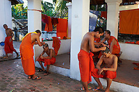 Laos, Province de Luang Prabang, ville de Luang Prabang, Patrimoine mondial de l'UNESCO depuis 1995, les moines novices se rasent le crane // Laos, Province of Luang Prabang, city of Luang Prabang, World heritage of UNESCO since 1995, novice monk having their heads shaved
