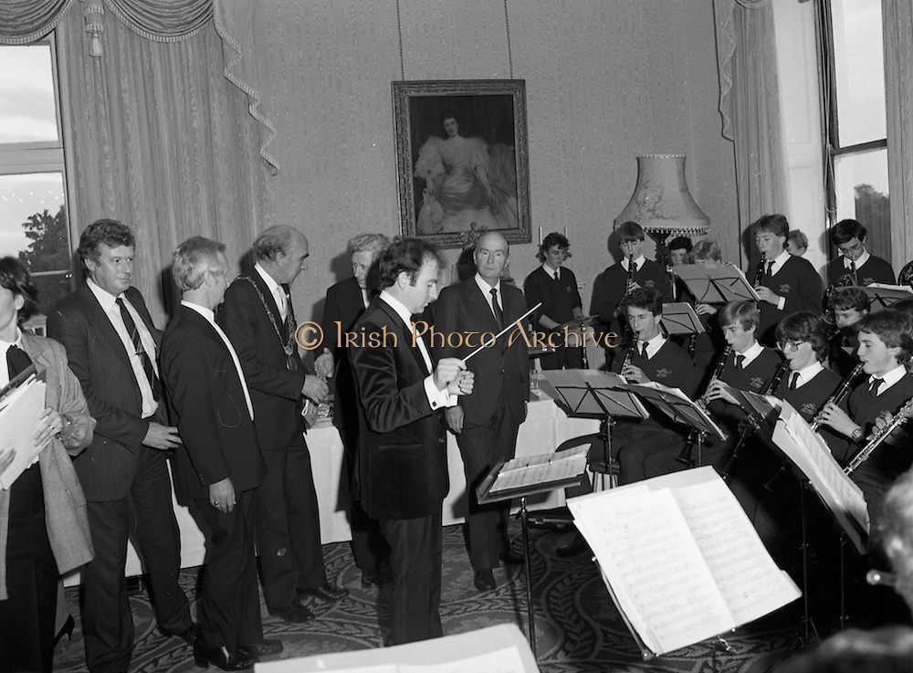 28/10/1985<br /> 10/28/1985<br /> 28 October 1985<br /> Launch of Gaisce The Presidents Award at Aras an Uachtarain. President Dr. Patrick Hillery launched the new national youth award scheme to be the nations highest award to Irish young people aged 15-25. Picture shows President Hillery  with the Rathfarnham Band.
