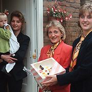 Aanbieden taart voor jarig kind Trompstraat 47 door de Rabobank Huizen, Tiny Zuiderhoek in het midden