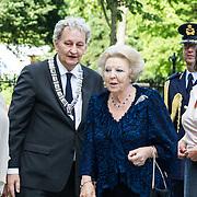 NLD/Amsterdam/20140613 - Prinses Beatrix bij de uitreiking van de Pritzker Achitecture Prize 2014, Burgemeester Eberhard van der Laan begroet Prinses Beatrix
