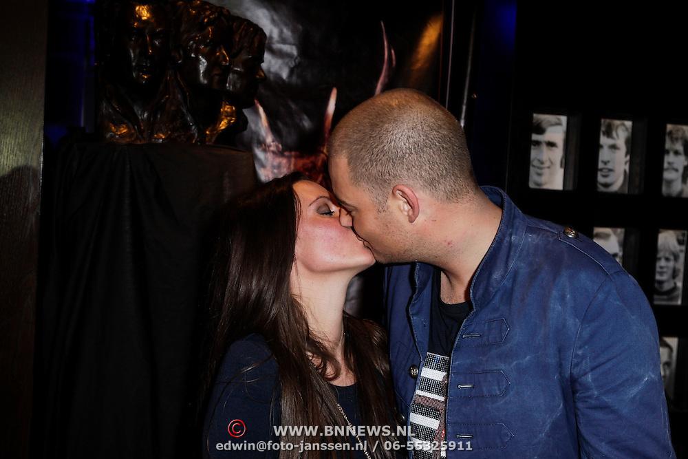 NLD/Amsterdam/20120519 - Toppers in Concert 2012, Lange Frans Frederiks en partner Danielle van Aalderen kussend